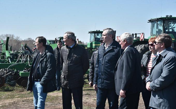 Андрей Травников высоко оценил готовность к посевной в Краснозерском районе