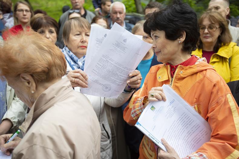 Собрание жителей против строительства