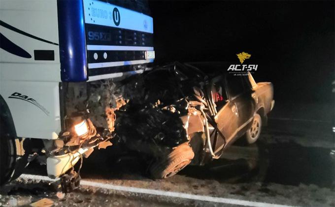 ВАЗ-2107 расплющился о фуру – двое погибли