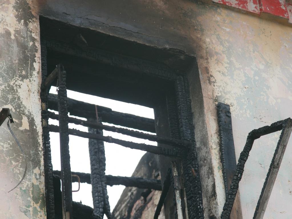 Трех мертвых малышей нашли после пожара в Венгеровском районе