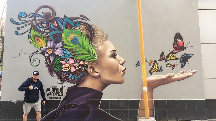 Девушка с цветными волосами украсила одну из стен в Челябинске