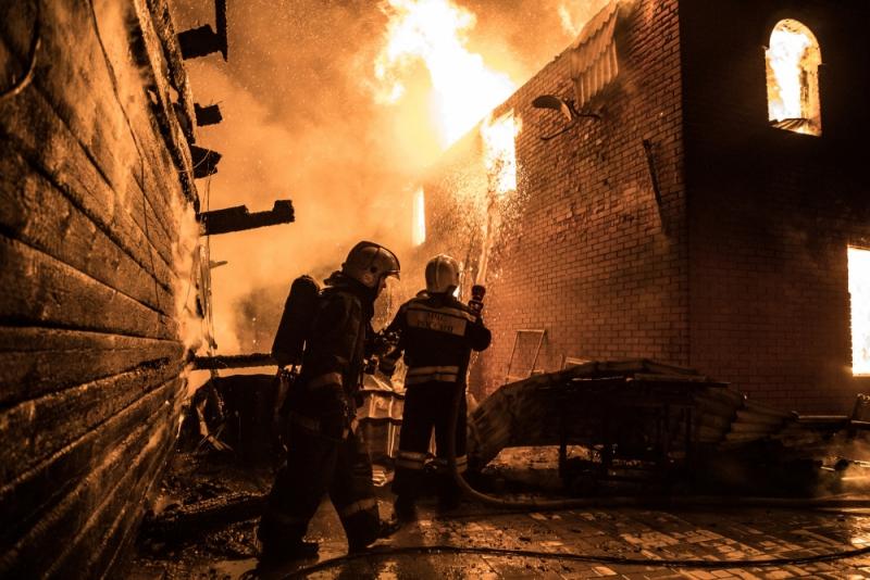 Огонь на площади 500 кв. м: крупный пожар в частном секторе Новосибирска