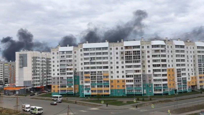 Черным дымом заволакивает небо на северо-западе Челябинска