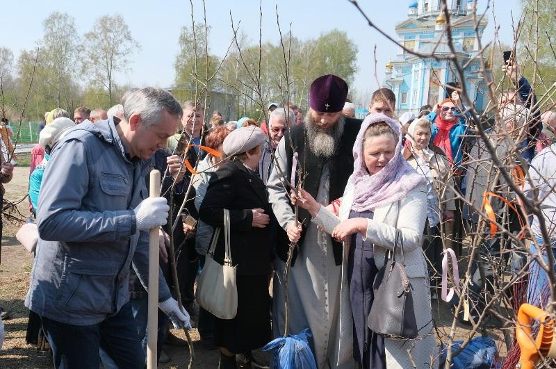 Губернатор Андрей Травников и Митрополит Никодим посадили первые деревья в саду имени академика П.Л. Гончарова