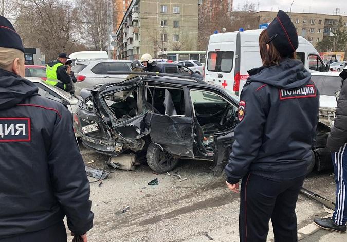 Машины всмятку - пьяный лихач  устроил аварию в Новосибирске