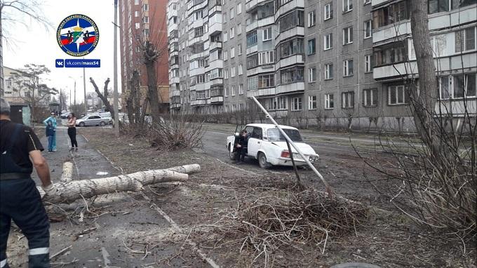 Срывал крыши и валил деревья последний шторм апреля