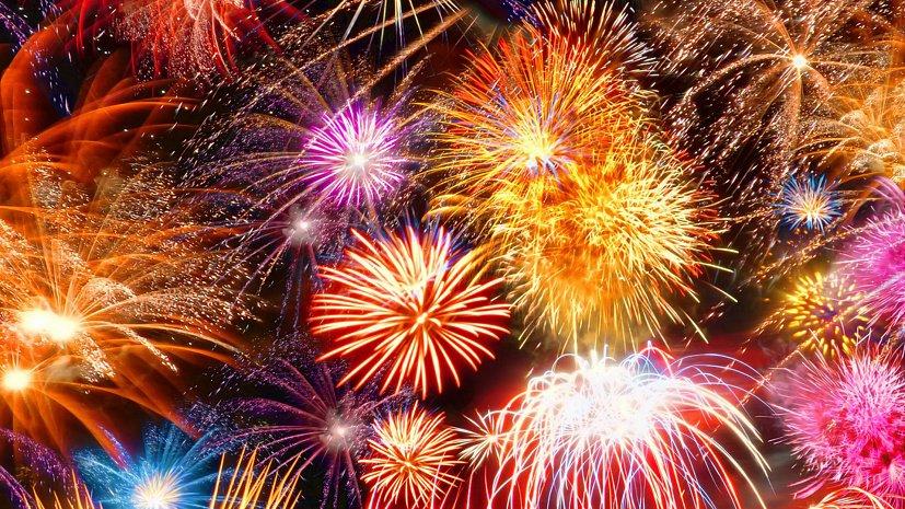 Праздничным фейерверком завершается День Победы в Челябинске
