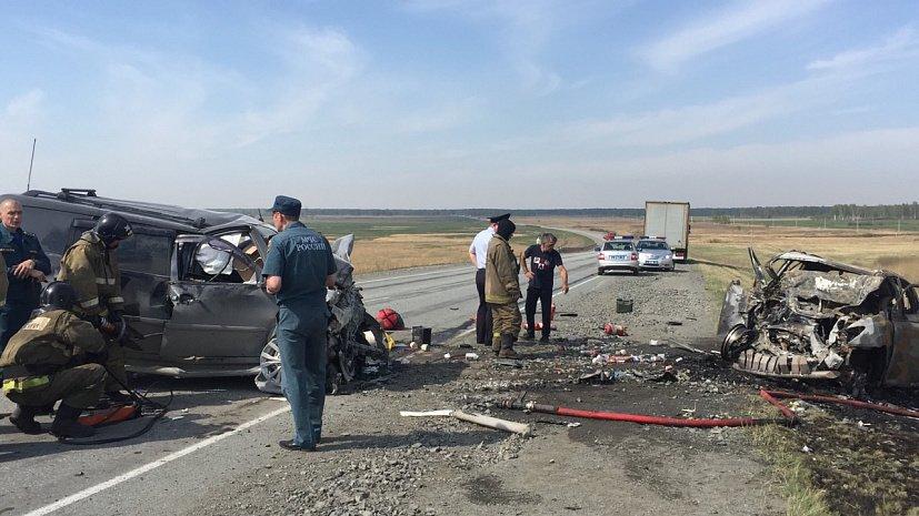 «Лексус» столкнулся с «Митсубиси» и загорелся на трассе в Челябинской области