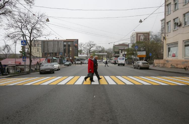 Дорожники Владивостока продолжают обновлять разметку