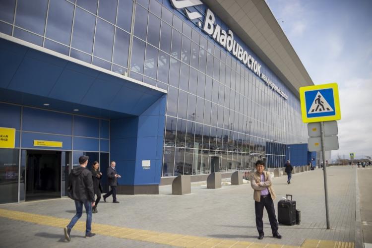 Машина «взлетела и приземлилась на крышу» недалеко от аэропорта Владивосток