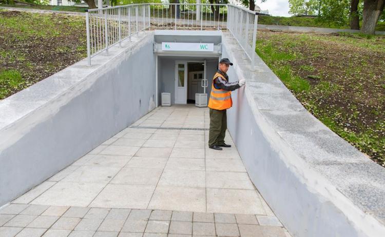 Во Владивостоке туалет за 13 миллионов рублей снова ремонтируют