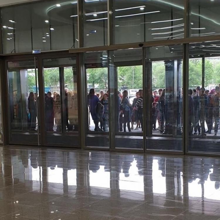 Толпы людей ринулись в новый крупный ТЦ в Приморье