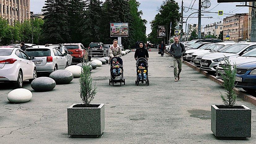 Камнями и вазонами огородили пешеходную дорожку на стоянке ЮУрГУ