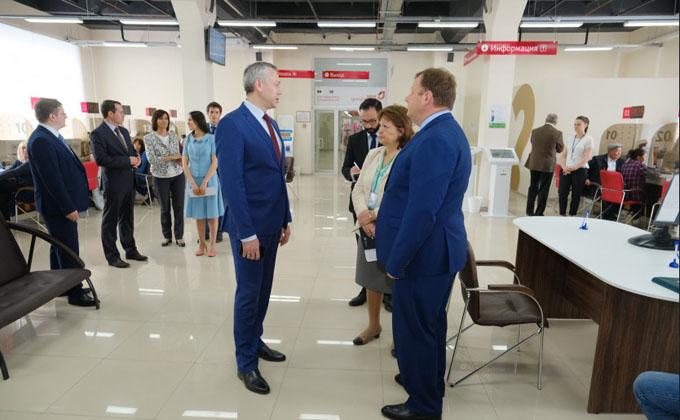 Губернатор Андрей Травников проверил работу нового МФЦ в Кировском районе