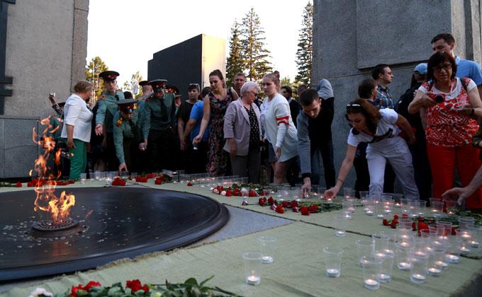Сотни свечей зажгли на Монументе Славы новосибирцы
