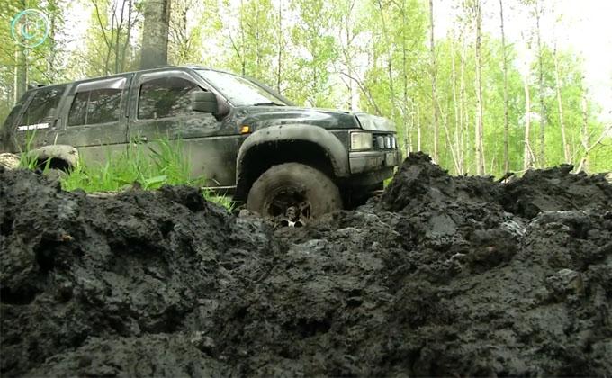 Внедорожники утонули в колыванской грязи