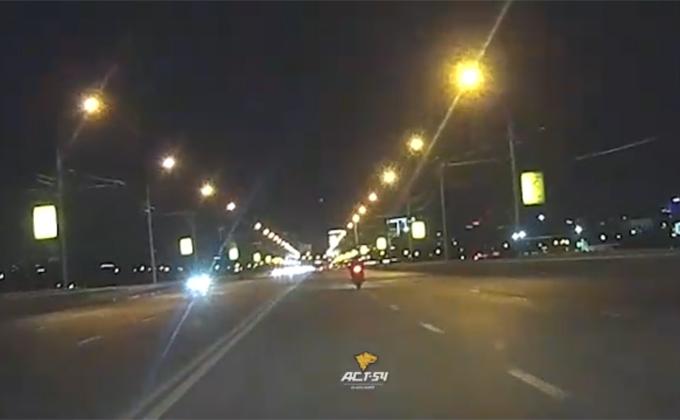 Мотоциклист опозорился на Димитровском мосту в Новосибирске