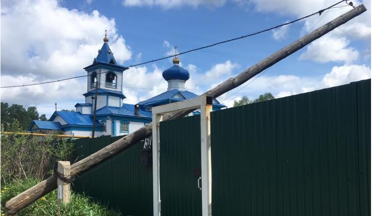 В Челябинской области телефонный столб упал на забор возле храма