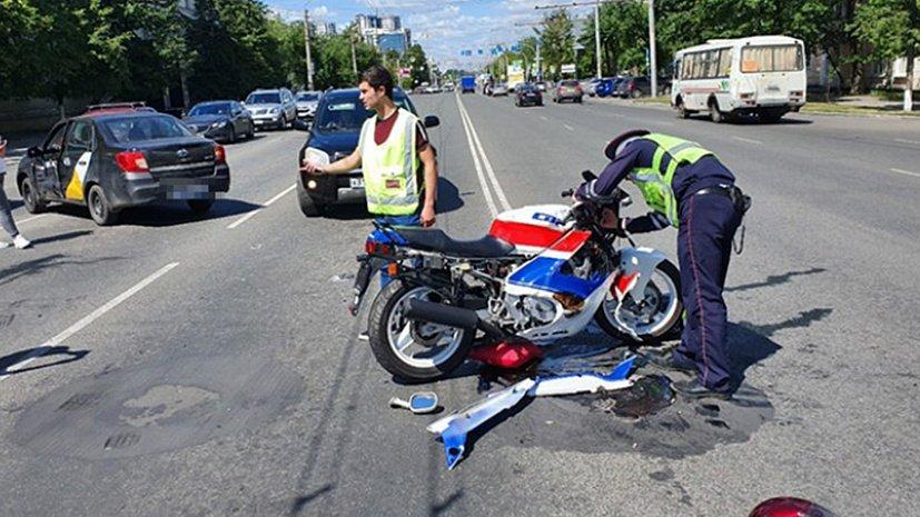 Мотоциклист не поделил дорогу с такси в центре Челябинска