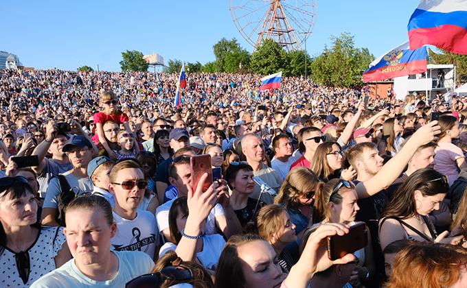 Тысячи новосибирцев спели с Валерией на Дне России