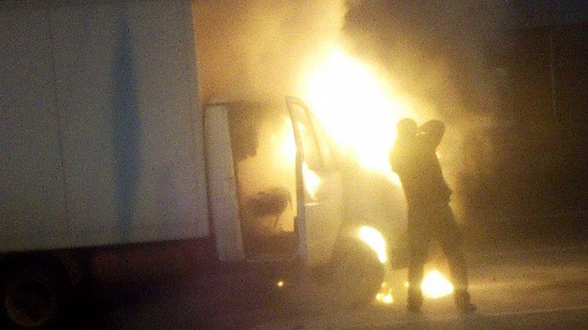 «Газель» выгорела на оживленном перекрестке в Челябинске. Видео
