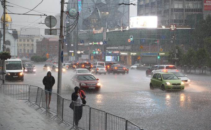 Гроза с молниями и градом обрушилась на Новосибирск