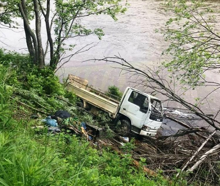 В Приморье грузовик едва не улетел в реку