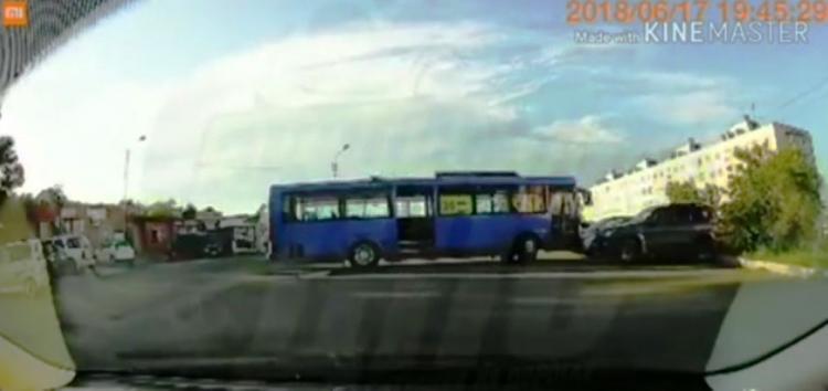 Во Владивостоке автобус въехал в припаркованный автомобиль