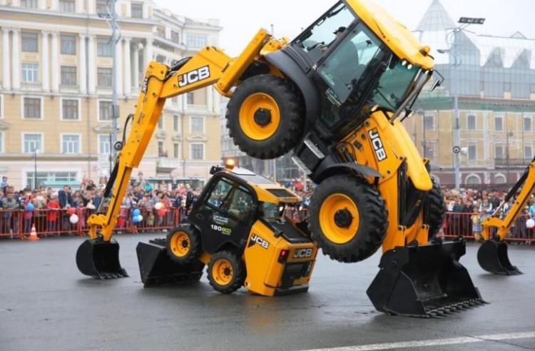 В День города на центральной площади Владивостока пройдет шоу экскаваторов