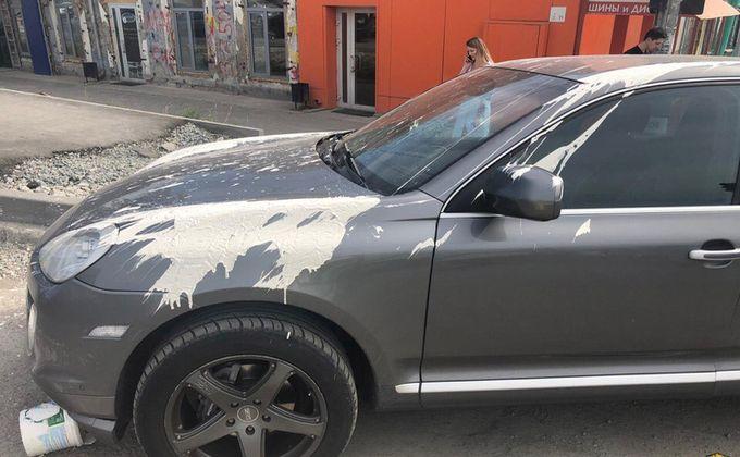 Porsche Cayenne стал жертвой озлобленного «пролетария»