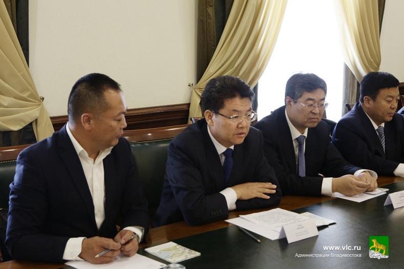Обмен опытом в сфере благоустройства с китайским городом Вэйфан обсудили в администрации Владивостока