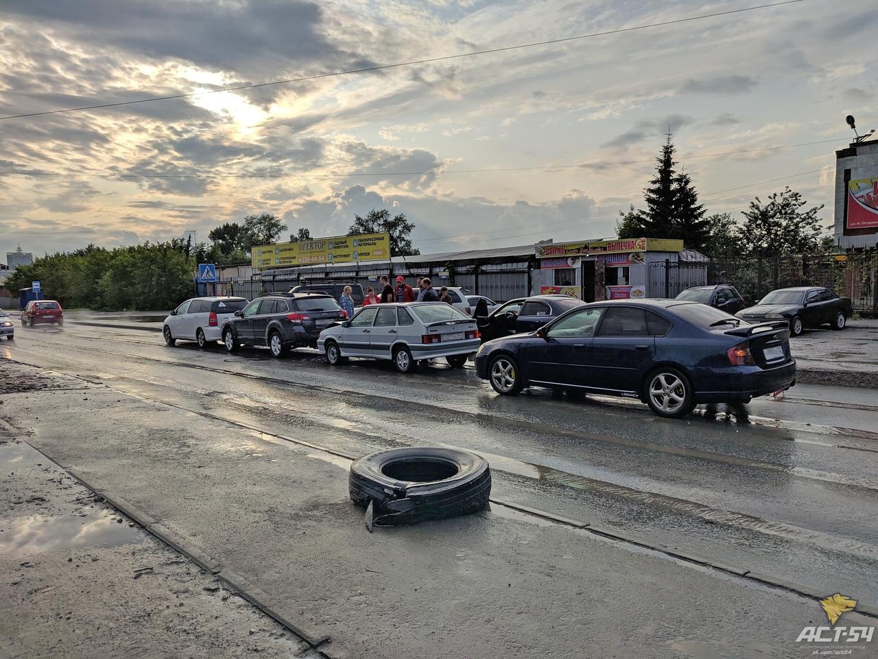 Авария в Дзержинском районе: «паровозик» из четырех машин