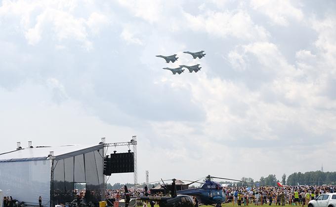 Мощные истребители Су-35 пронеслись над головами зрителей авиашоу-2019