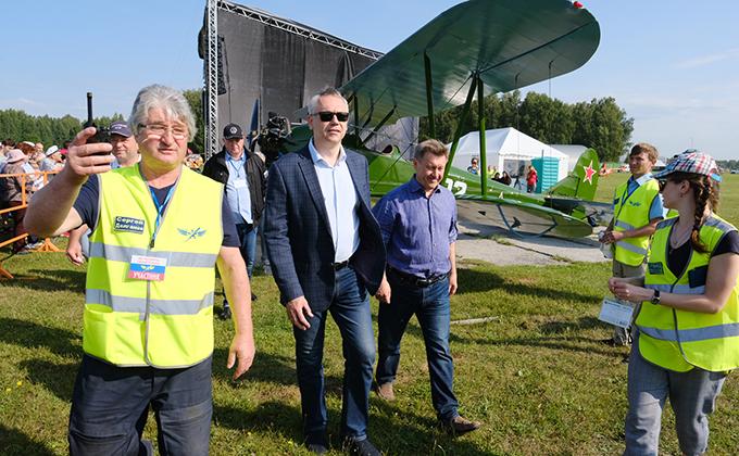 Андрей Травников приветствовал участников авиашоу в Мочище-2019