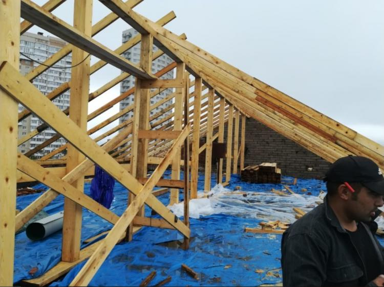 Во Владивостоке продолжается возведение сгоревшей крыши в пятиэтажном доме