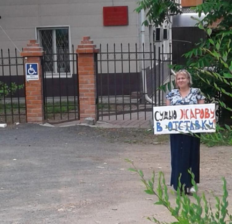«Судью в отставку!»: активистка провела пикет возле Кировского суда
