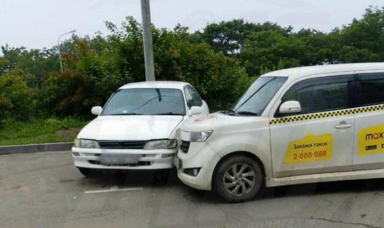 Во Владивостоке таксист уснул за рулём и въехал в припаркованный автомобиль