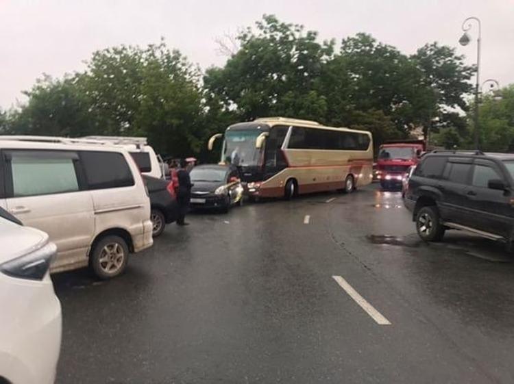 Автоэксперт прокомментировал блокировку дороги во Владивостоке автобусом