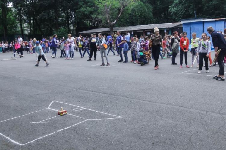 Школьники Владивостока учатся играть в городки