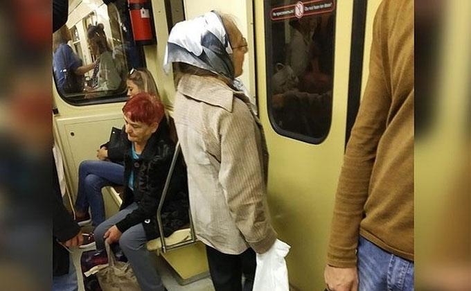 Наглая бабушка-попрошайка возмутила пассажиров Новосибирского метро