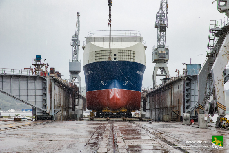 Глава Владивостока принял участие в церемонии спуска на воду малого танкера 11.jpg