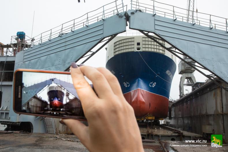 Глава Владивостока принял участие в церемонии спуска на воду малого танкера 20.jpg