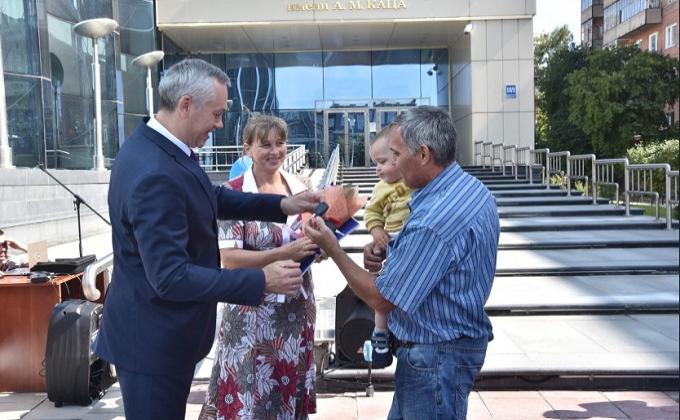 Губернатор Андрей Травников вручил ключи от автомобилей 20 многодетным семьям