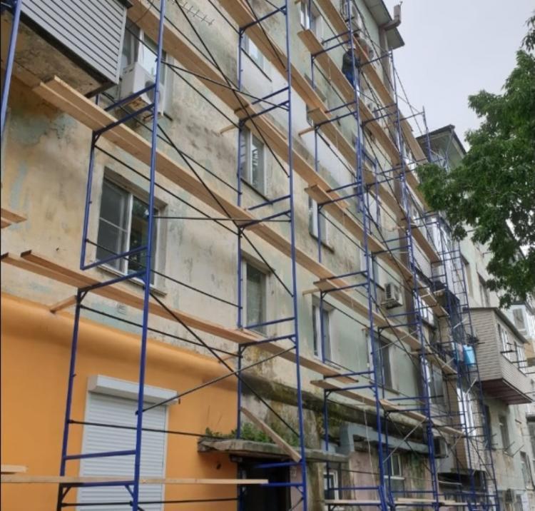 В строительные леса оделось несколько многоэтажек Владивостока