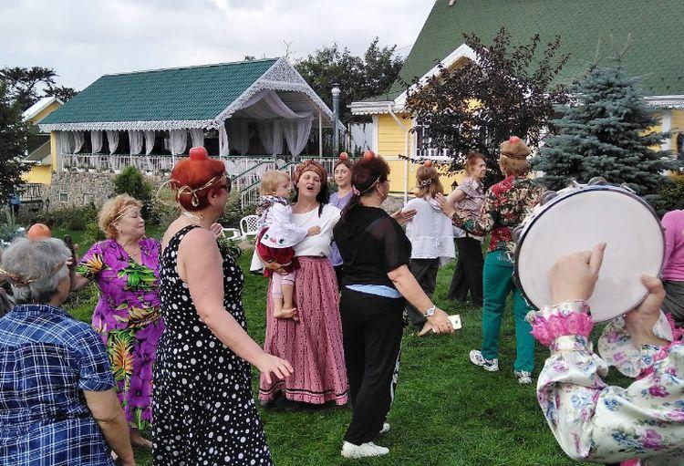 Владивостокцы отметили «Яблочный спас» песнями, танцами и пирогами