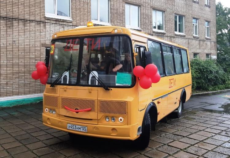 Владивостокской средней школе № 65 передали новый автобус