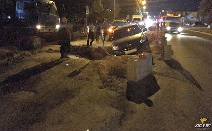 «Тойота» вслед за фурой провалилась в яму на Никитина