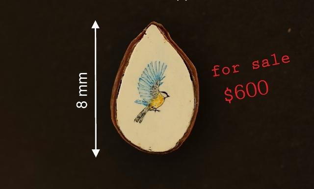 Синичку на срезе яблочной косточки нарисовал новосибирский микроминиатюрист