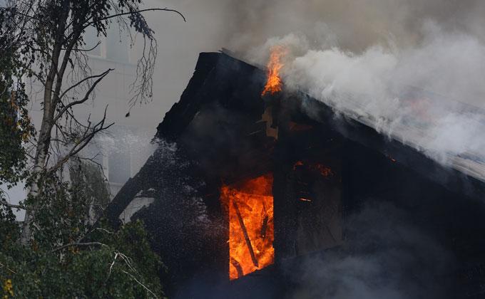 Пламя с горящего барака едва не перекинулось на дом по соседству