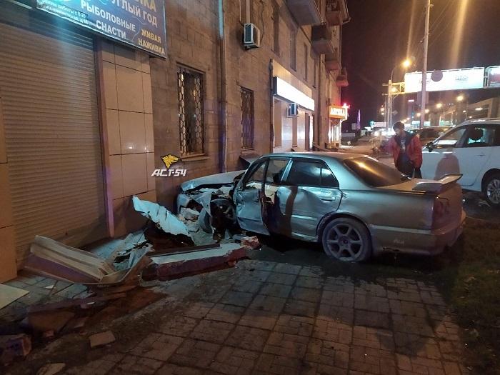 Nissan Skyline врезался в жилой дом на улице Большевистской